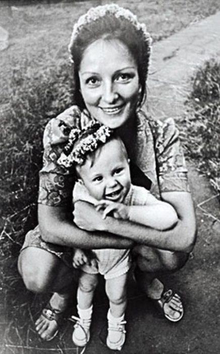 Лариса Шепитько с сыном. / Фото: www.welikeworld.com