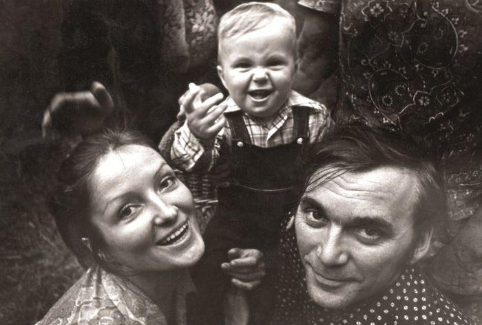 Лариса Шепитько и Элем Климов с сыном. / Фото: www.mosjour.ru