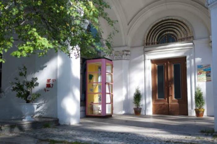 Телефонная будка Чебурашки