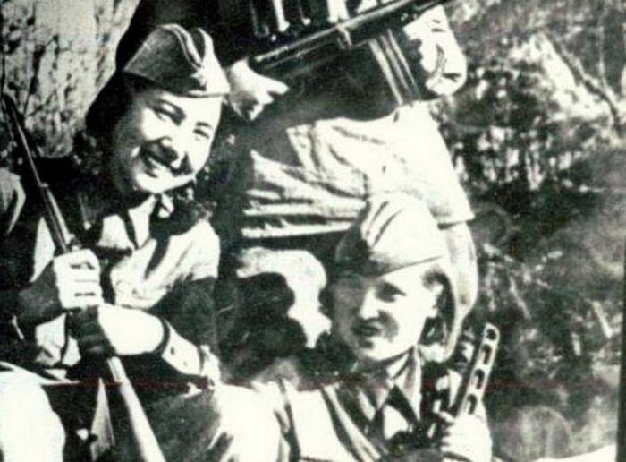 С боевой подругой./Фото: https://azerhistory.com