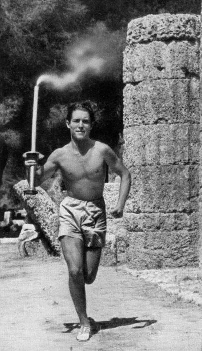 Первая эстафета -Константин Кондиллис несет Олимпийский Факел 3 тыс км от Олимпии до Берлина
