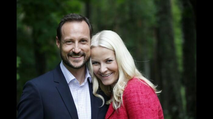 Он: Хокон, наследный принц Норвегии Она: Метте-Марит, официантка