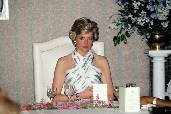 Принцесса Диана за столом./Фото источник: cheatsheet.com