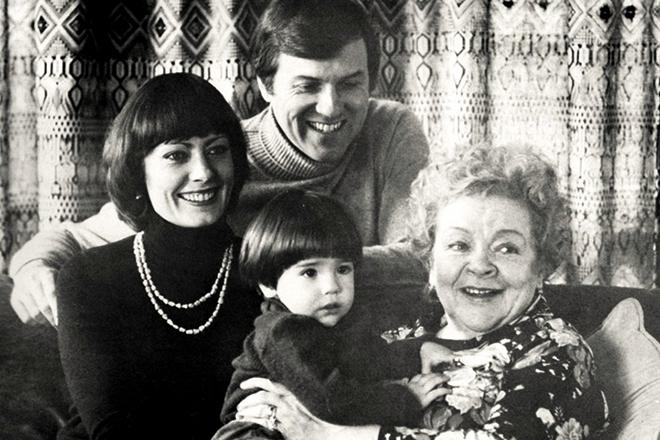 Зоя Фёдорова с дочкой и внучкой