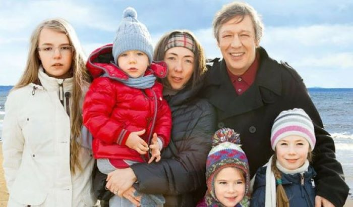 Анна Мария (крайняя слева) с отцом и его женоц Софьей Кругликовой