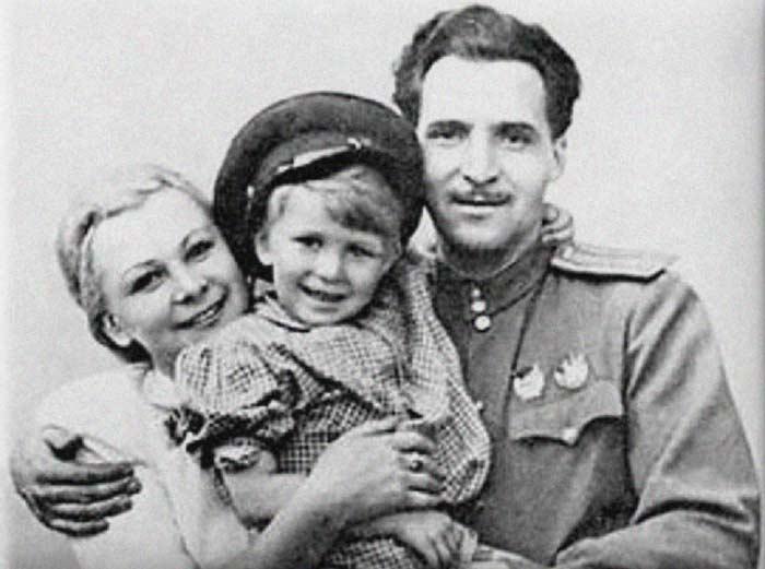 Валентина Серова и Константин Симонов с дочерью Машей