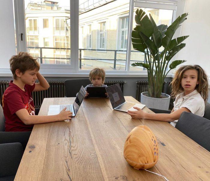 Пока Сергей Жуков занимается домашним хозяйством, его дети обучаются он-лайн