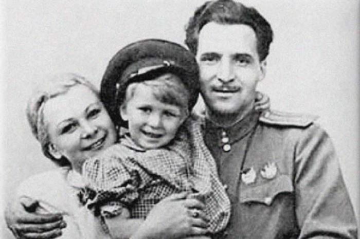 Валентина Серова и Константин Симонов с дочкой Машей