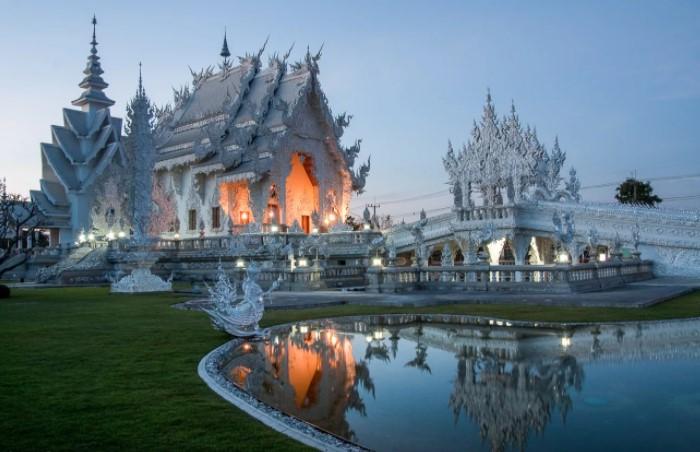 Белый Храм выглядит ледяным.