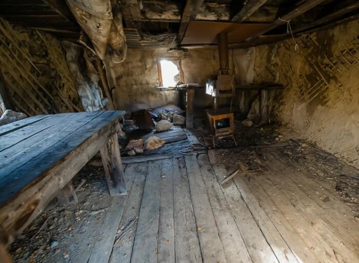 Внутри бараков.