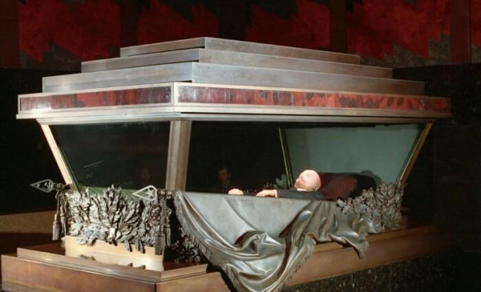 Во время войны тело вождя уезжало в безопасное место.