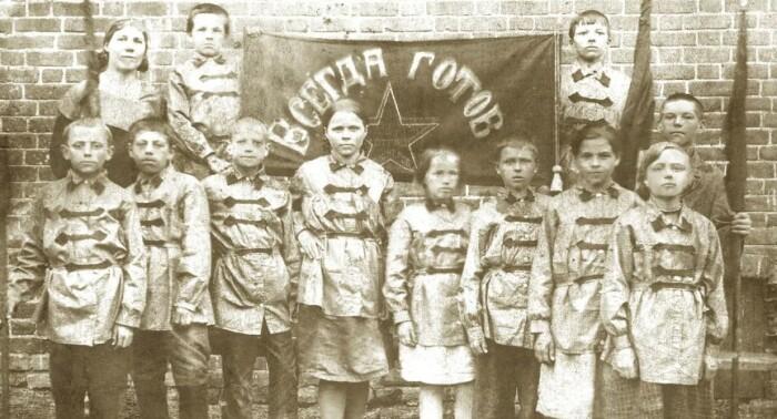 Юные коммунисты или скауты.