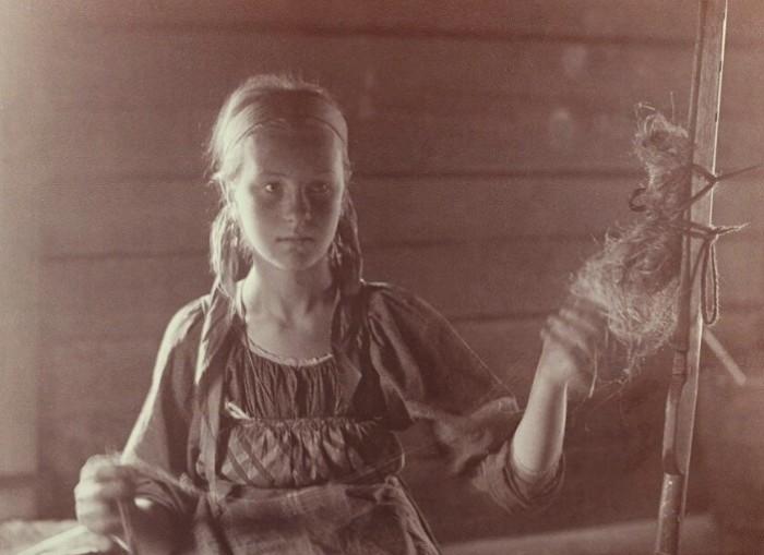 Девочки 10-12 лет были первыми помощницами в хозяйстве.