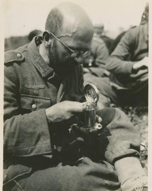 Редкое фото - обед немецкого пленного солдата.