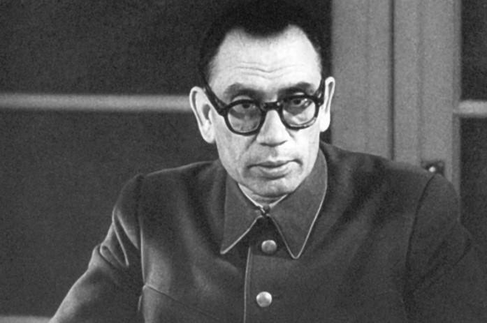Потерял уважение советской стороны и не заслужил его на немецкой стороне.
