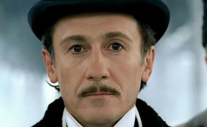 Олег Меньшиков в образе Фандорина.