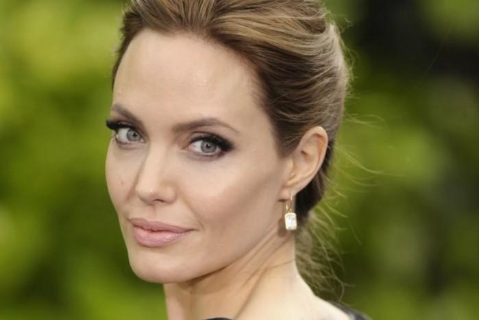 Джоли недовольна своими пухлыми губами.