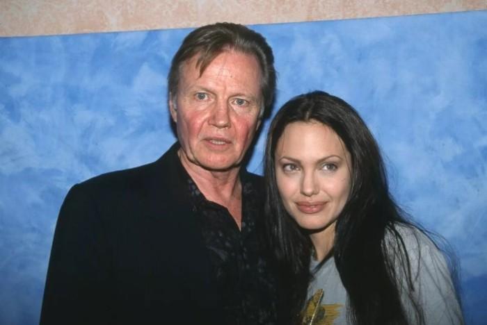 Отношения Джоли и ее отца нельзя назвать простыми.