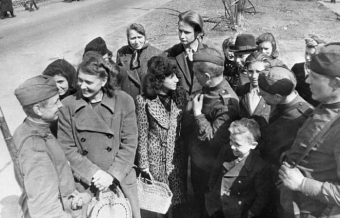 Впрочем, фотографий улыбающихся советских женщин с фашистскими захватчиками тоже полно.