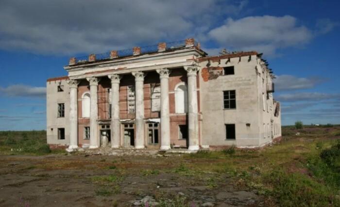 Некогда величественные здания сейчас заброшены.