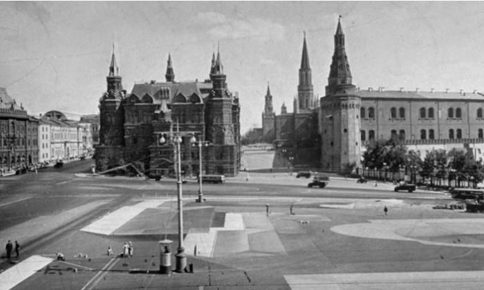 Рисунки на Красной площади имитируют крыши домов.