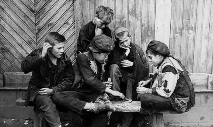 От скуки и безделья подрастающие мальчишки развлекают себя играми с законом и добром.