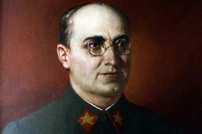 Берия пытался свалить всю вину на Сталина.