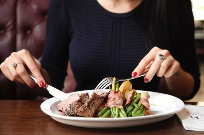 Некоторые мужчины бывают неприятно удивлены тем, что женщина обладает хорошим аппетитом.