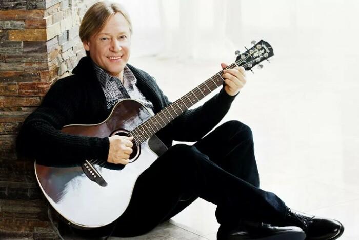 С гитарой он никогда и не расставался.