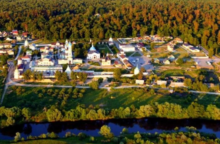 Монастырь занимает большую территорию.