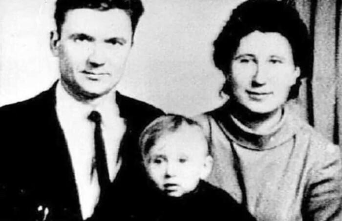 Андрей Чикатило со своей семьей.