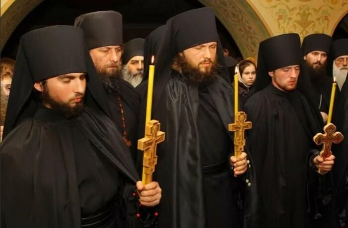 Богослужениями и молитвами жизнь монахов не ограничивается.