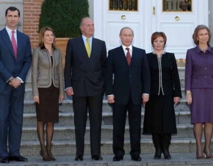 Остальным дамам комфортно в туфлях, но не российской первой леди.