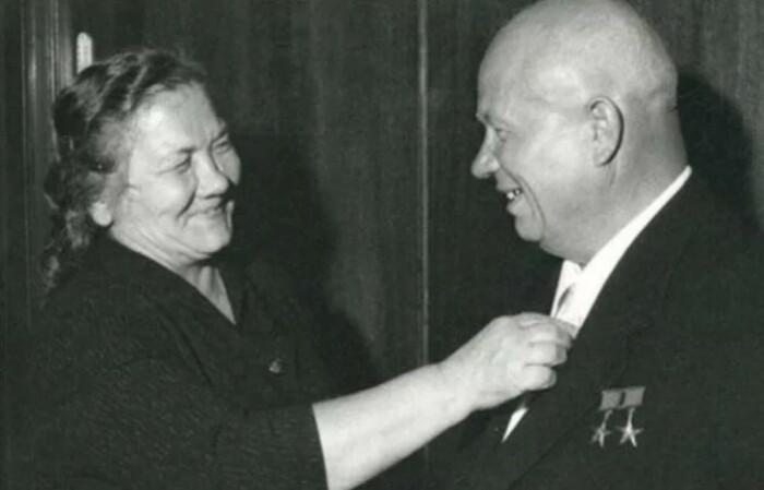 Если Нина Хрущева и была грузной женщиной, то и со своим супругом они смотрелись гармонично.