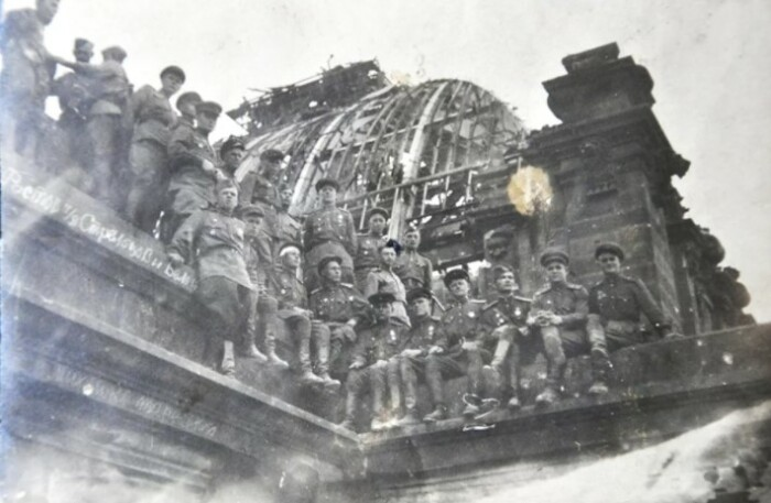 Солдаты на стенах Рейхстага.
