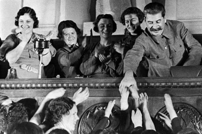 Несмотря на мнимую близость к народу, достучаться до Сталина было нереально.
