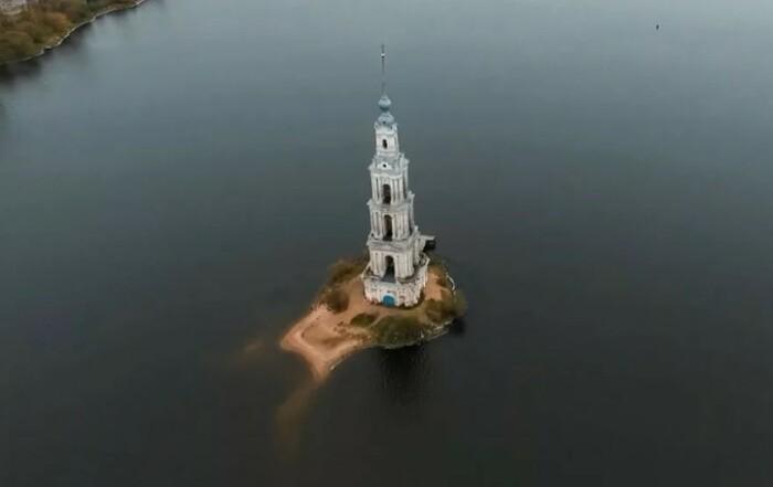 Церковь появляется из воды в первую очередь.