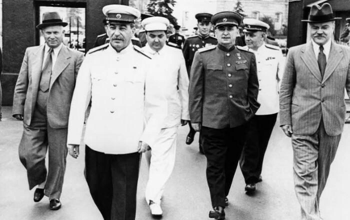Если Сталин и привязывался к вещам, то это были дома, а не одежда.