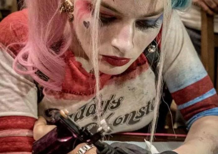 На память оставляет татуировки.