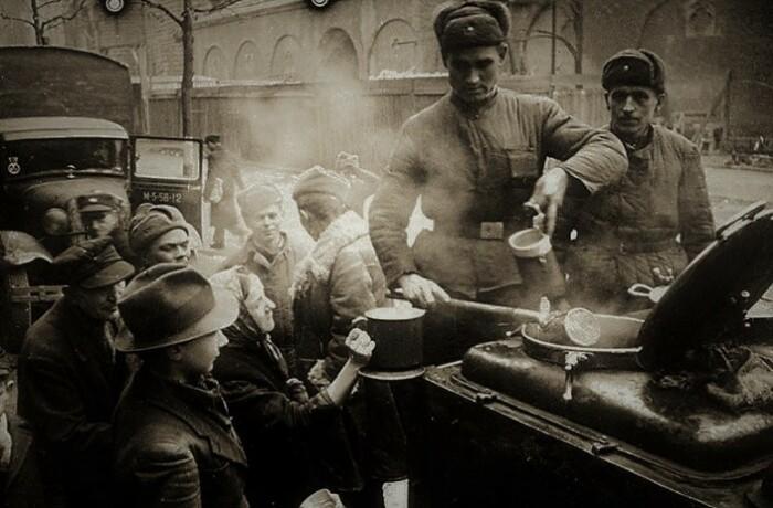 Полевая кухня, развернутая советской стороной в Берлине.