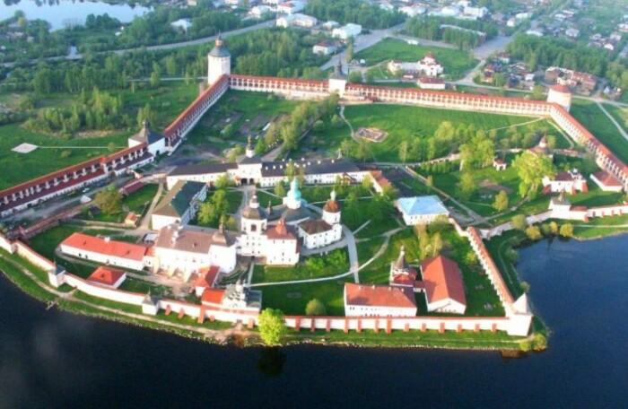 Расположение монастыря очень удачное.