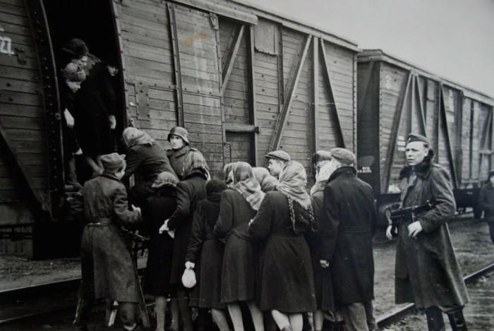 Немецкая тактика предполагала еще и вывоз населения. Либо его уничтожение.