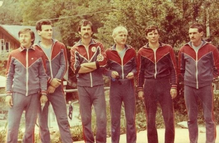 Спортивные костюмы были одинаковыми как для мужчин, так и для женщин.