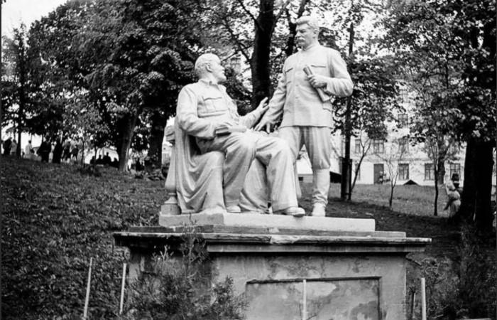 У Ленина и Сталина было много совместных памятников.
