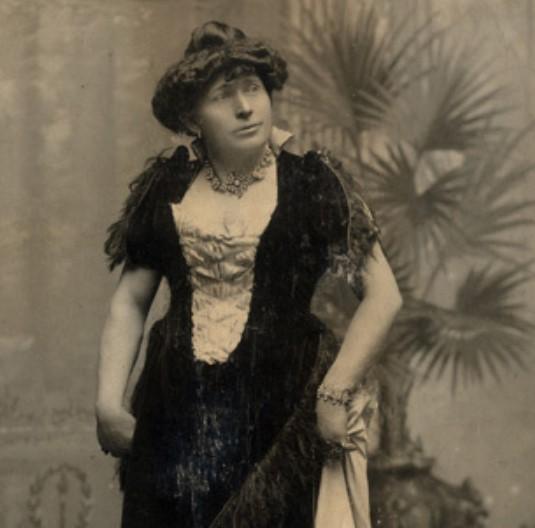 Моррис Янг в женском образе.