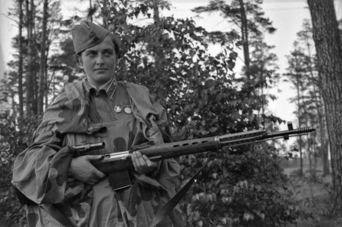 На фронте она даже не сразу смогла получить оружие.