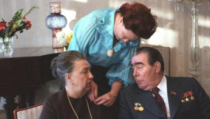 Украшения надеть Брежневу заставили.