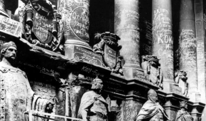 Надписи на стенах Рейхстага стремился оставить каждый солдат.