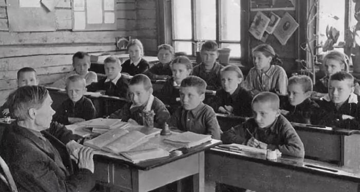 Единственным источником знаний был учитель и книга.