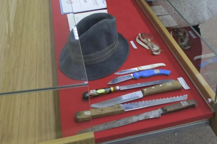Вещи Чикатило в качестве экспонатов в музее МВД.